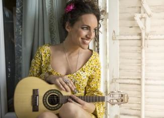 Camilla Noci, la cantautrice che fa spendere il sole del Brasile in Italia