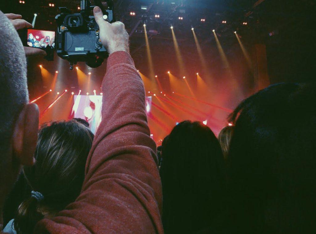 tema dei telefonini ai concerti