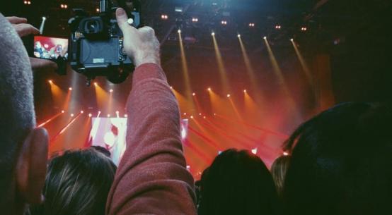 Troppi concerti dietro ai soliti schermi