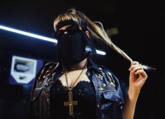 "M¥SS KETA chi è? La diva mascherata di ""Una vita in capslock"""