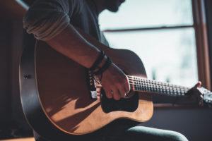 Suonare la chitarra: l'importanza di un hobby sano e armonico