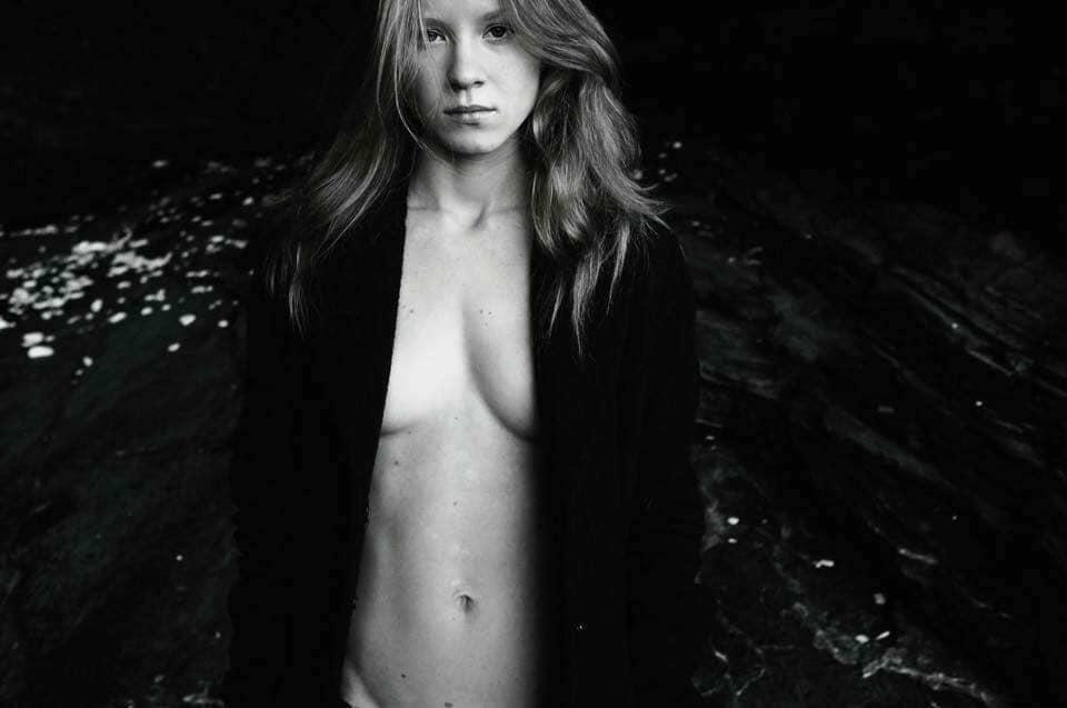 L'attrice Ekaterina Ivanova, Porto Venere, scogliere nere.